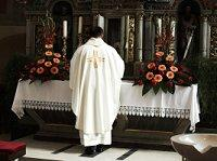 Image of a priest at the altar