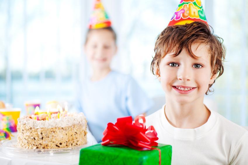 https://cf.ltkcdn.net/scrapbooking/images/slide/143030-849x565r1-birthday-opening-gifts.jpg