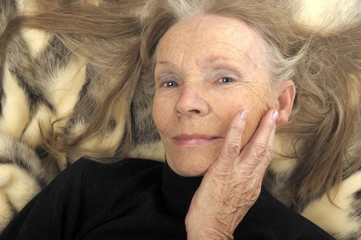 https://cf.ltkcdn.net/seniors/images/slide/224342-704x469-long-hair-on-senior-woman.jpg