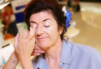 Apply primer on eye lids