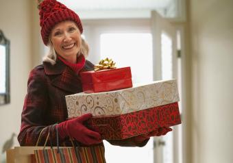 https://cf.ltkcdn.net/seniors/images/slide/253559-850x595-11_mature_woman_gloves.jpg