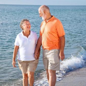 https://cf.ltkcdn.net/seniors/images/slide/91035-564x560-elder-beach.jpg