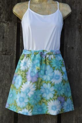 Elastic-waist a-line skirt.
