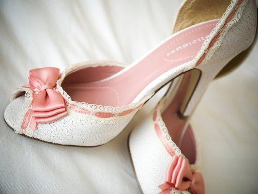 https://cf.ltkcdn.net/shoes/images/slide/28122-533x400-wedshoe4.jpg
