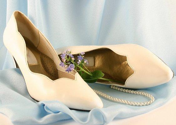 https://cf.ltkcdn.net/shoes/images/slide/28124-562x400-wedshoe15.jpg