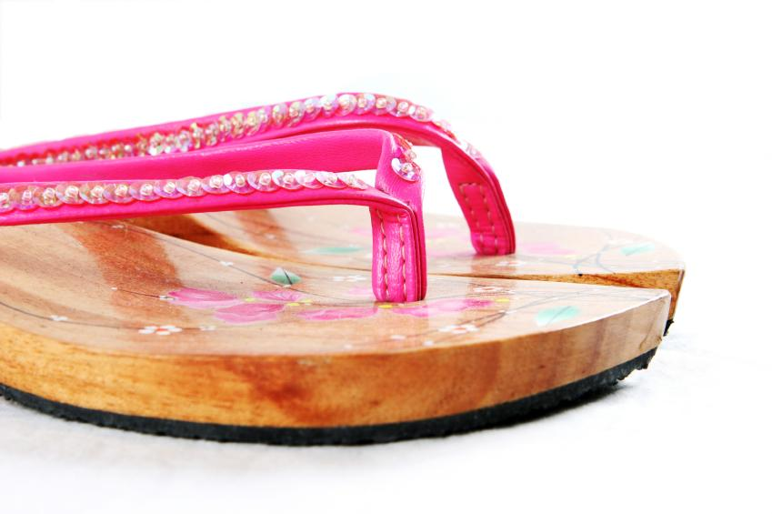 https://cf.ltkcdn.net/shoes/images/slide/28148-849x565-WoodenFlipFlops.jpg