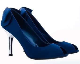 https://cf.ltkcdn.net/shoes/images/slide/136144-712x565r1-blue-bridal-shoes6.jpg