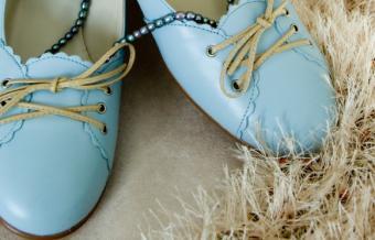 https://cf.ltkcdn.net/shoes/images/slide/136148-581x372-blue-bridal-shoes10.jpg