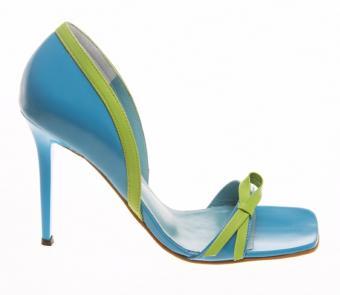 https://cf.ltkcdn.net/shoes/images/slide/136150-651x565r1-blue-bridal-shoe9.jpg