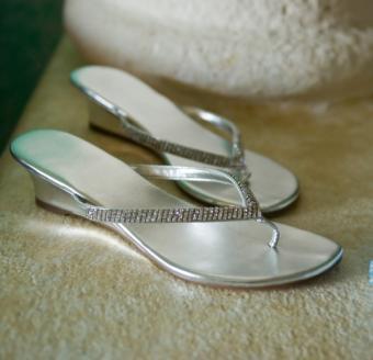https://cf.ltkcdn.net/shoes/images/slide/136510-588x567r1-beach-wedding-shoes3.jpg