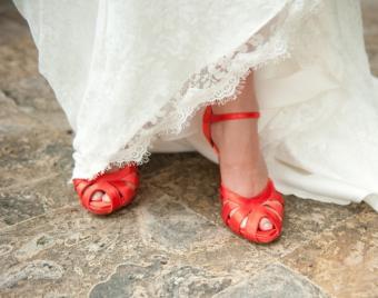 https://cf.ltkcdn.net/shoes/images/slide/136514-598x472-beach-wedding-shoes-6.jpg