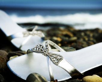 https://cf.ltkcdn.net/shoes/images/slide/136516-700x566r1-beach-wedding-shoes-8.jpg