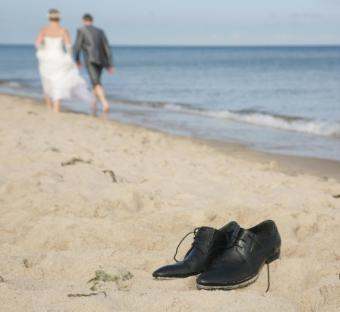 https://cf.ltkcdn.net/shoes/images/slide/136517-572x525r1-beach-wedding-shoes-9.jpg