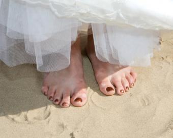 https://cf.ltkcdn.net/shoes/images/slide/136520-690x550r1-barefoot-bride.jpg