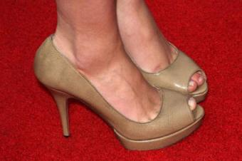 Actress Scarlett Johansson wearing Prada pumps