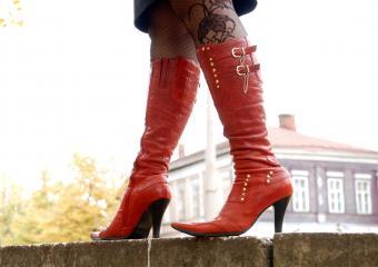 https://cf.ltkcdn.net/shoes/images/slide/209901-850x600-red-boots-on-woman.jpg
