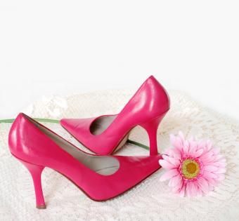 https://cf.ltkcdn.net/shoes/images/slide/28041-720x667-HotPinkPromShoes.jpg
