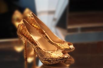 https://cf.ltkcdn.net/shoes/images/slide/28043-849x565-GoldSnakeskinPumps.jpg