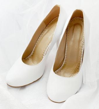 https://cf.ltkcdn.net/shoes/images/slide/28113-366x400-wedshoe1.jpg