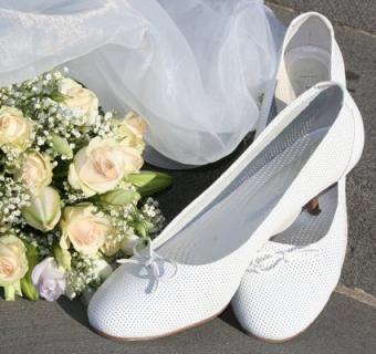 https://cf.ltkcdn.net/shoes/images/slide/28120-425x400-wedshoe3.jpg
