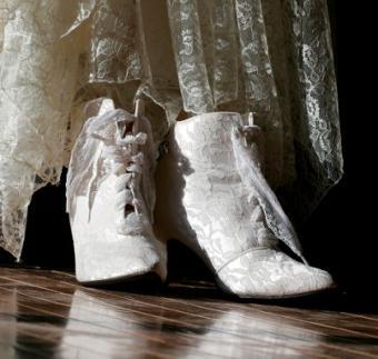 https://cf.ltkcdn.net/shoes/images/slide/28121-421x400-wedshoe13.jpg