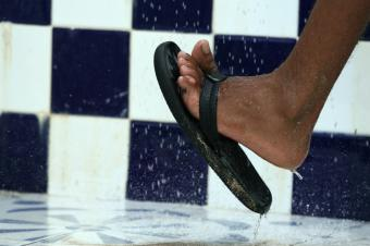 https://cf.ltkcdn.net/shoes/images/slide/28151-849x565-ShowerShoes.jpg
