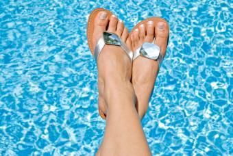 https://cf.ltkcdn.net/shoes/images/slide/28153-847x567-JeweledFlipFlops.jpg