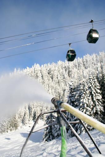 https://cf.ltkcdn.net/ski/images/slide/1080-566x848-Snow-Making.jpg