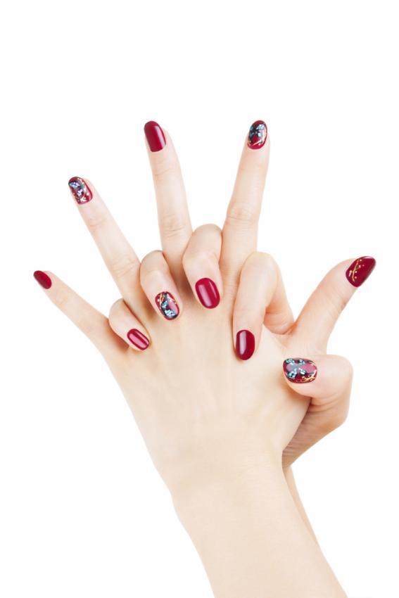 https://cf.ltkcdn.net/skincare/images/slide/170496-567x850-Alternating-nail-color-TS.jpg