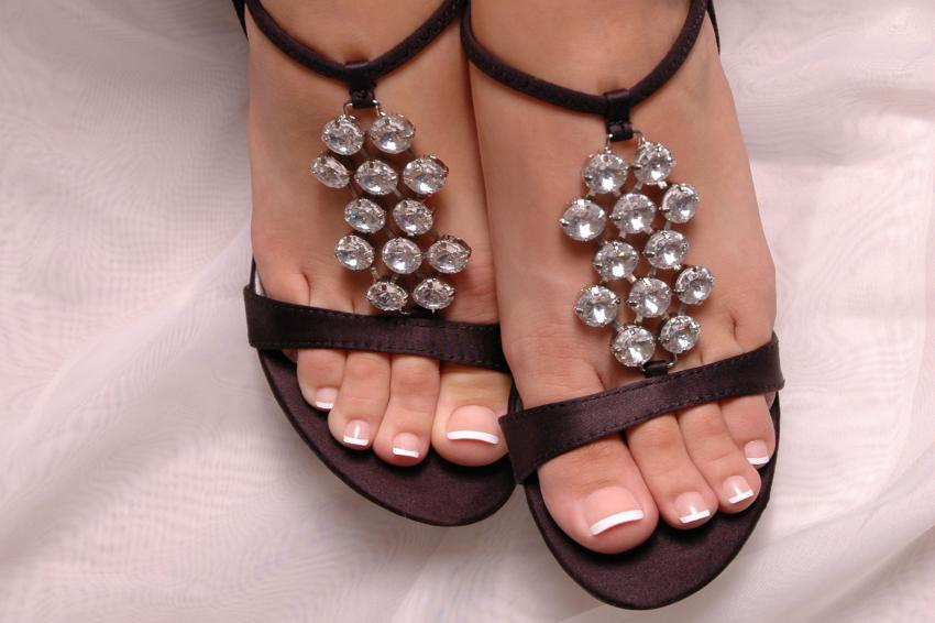 https://cf.ltkcdn.net/skincare/images/slide/235400-850x566-french-pedicure-in-sandals.jpg