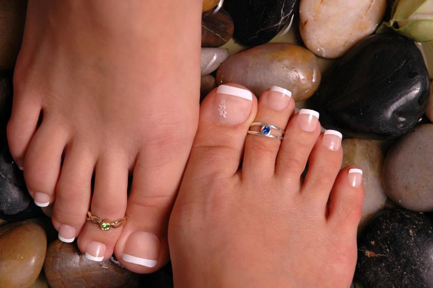 https://cf.ltkcdn.net/skincare/images/slide/235410-850x565-french-pedi-with-toe-rings.jpg