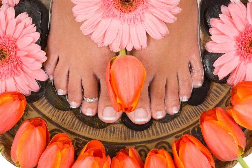 https://cf.ltkcdn.net/skincare/images/slide/235417-850x566-french-pedicure-elegant-toe-ring.jpg