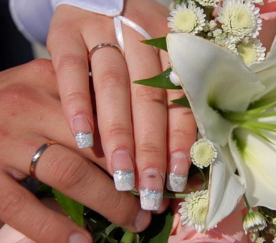 https://cf.ltkcdn.net/skincare/images/slide/47552-551x486-wedding_nails9.jpg