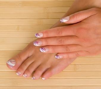 https://cf.ltkcdn.net/skincare/images/slide/136491-487x430-french-pedicure-3-purple-and-white.jpg