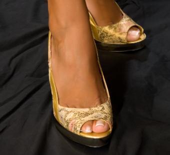 https://cf.ltkcdn.net/skincare/images/slide/136502-566x514r1-french-pedicure-10-sexy-feet-in-shoes.jpg
