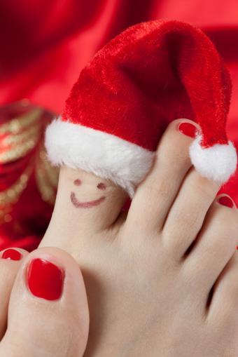 https://cf.ltkcdn.net/skincare/images/slide/138861-566x848r1-Red-toenails.jpg