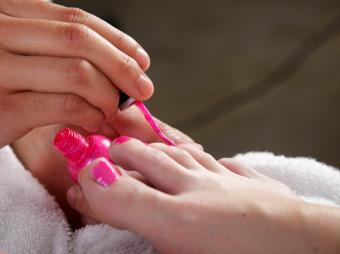 https://cf.ltkcdn.net/skincare/images/slide/138864-802x599r1-Bright-pink-toenails.jpg
