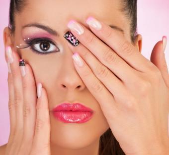 https://cf.ltkcdn.net/skincare/images/slide/145750-533x490-black-and-pink-nails.jpg