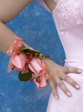 https://cf.ltkcdn.net/skincare/images/slide/170491-297x400-Light-pink-matching-nail-color-TS-new.jpg