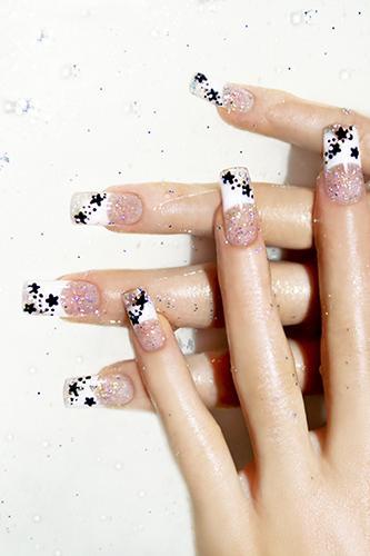 https://cf.ltkcdn.net/skincare/images/slide/170500-333x500-Elegant-black-and-white-nails-TS-sm.jpg