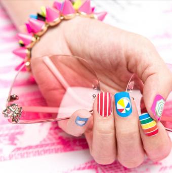 https://cf.ltkcdn.net/skincare/images/slide/177118-738x741-GummiNails-Candy-Beach-Nail-Wraps.jpg