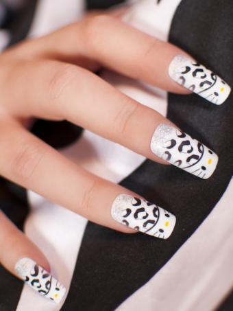 https://cf.ltkcdn.net/skincare/images/slide/178004-533x710-black-and-white-kitty-nail-art.jpg