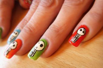 https://cf.ltkcdn.net/skincare/images/slide/178044-850x565-BuzzBuzzNailArt-Skull-Nail-Art.jpg