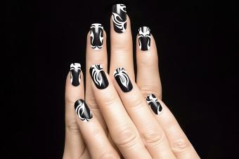 https://cf.ltkcdn.net/skincare/images/slide/178423-850x567-black-and-white-tribal-nail-art.jpg