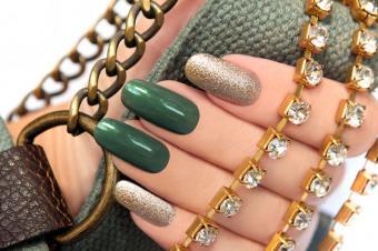 https://cf.ltkcdn.net/skincare/images/slide/182956-800x531-elegant-green-gold-nails.jpg