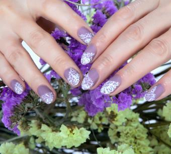 https://cf.ltkcdn.net/skincare/images/slide/184161-850x767-lavender-lace-nail-art.jpg