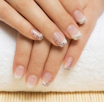 https://cf.ltkcdn.net/skincare/images/slide/184165-850x832-Sparkle-Wedding-Nails.jpg