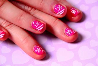 https://cf.ltkcdn.net/skincare/images/slide/184272-800x533-pink-white-flower-nail-art.jpg