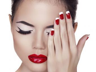 https://cf.ltkcdn.net/skincare/images/slide/184275-800x600-red-with-white-tips-nail-art.jpg