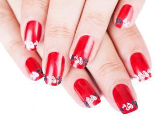 https://cf.ltkcdn.net/skincare/images/slide/184280-800x600-hearts-on-red-nails.jpg